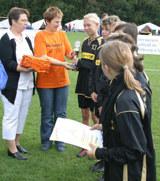 Paulina Pfeifer nimmt den Pokal entgegen
