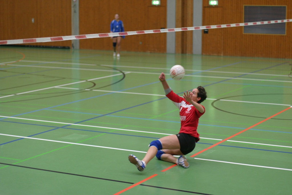 Melissa Seibert rettet einen zu weit gespielten Ball