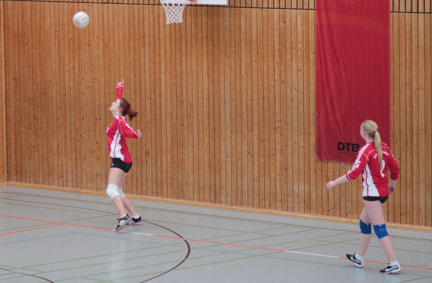 Die VfL Abwehrspielerin rettet hier einen Ball, bevor er die Wand berührt