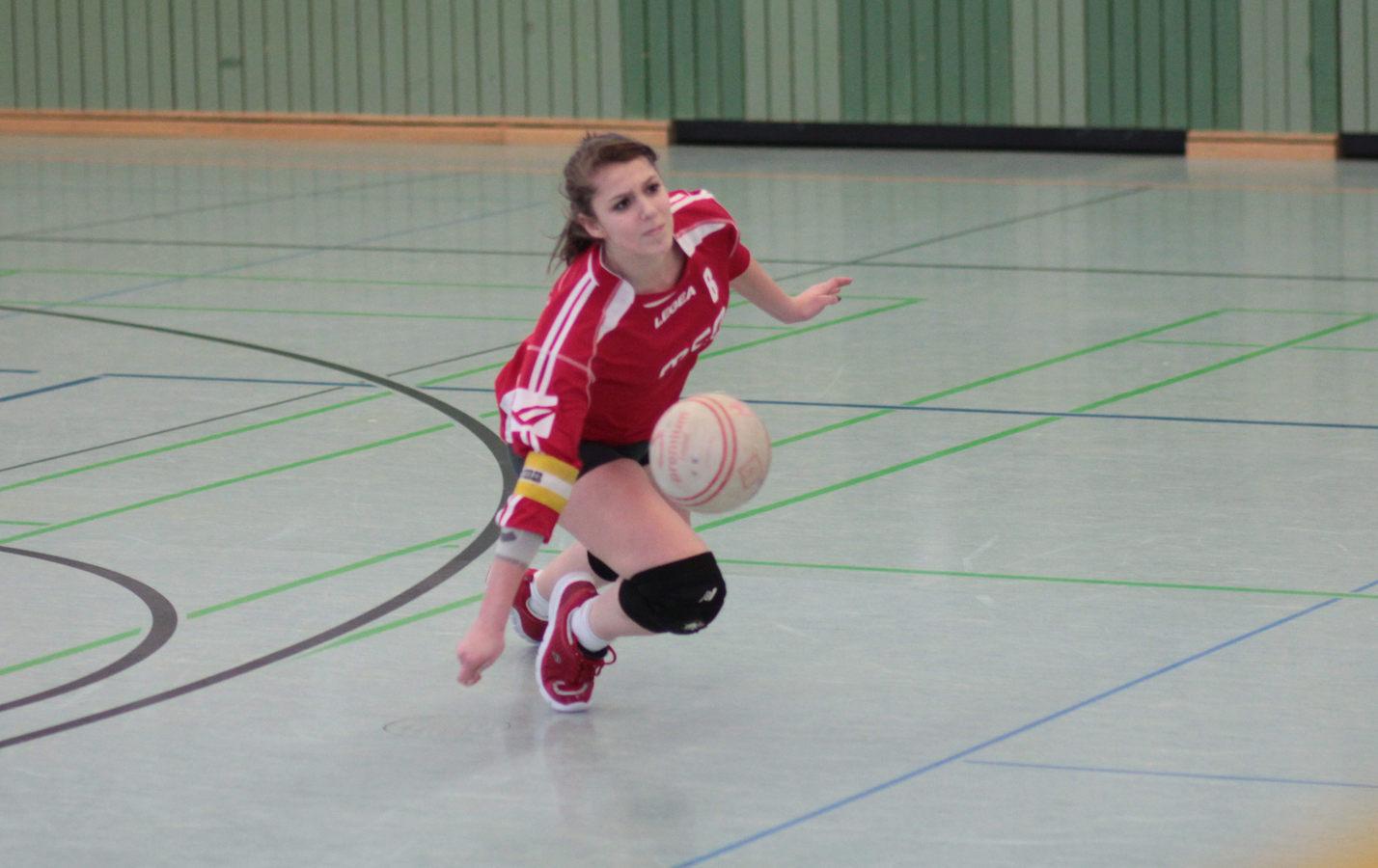 Die VfL Spielführerin rettet einen zu kurz geschlagenen Angriffsball