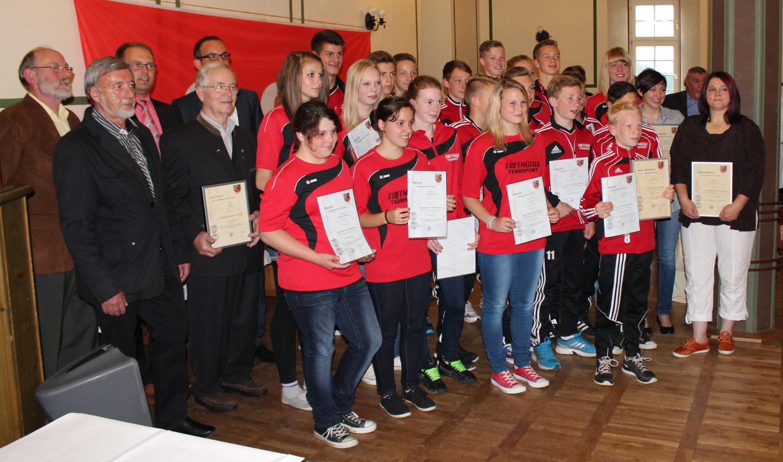 Die Faustballerinnen des VfL gemeinsam neben den anderen Sportlerinnen, Sportler und weiteren Unterstützer des Sports