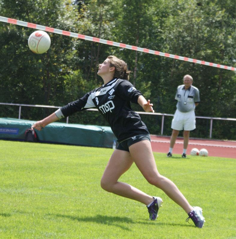Selina Pees rettet einen Ball.