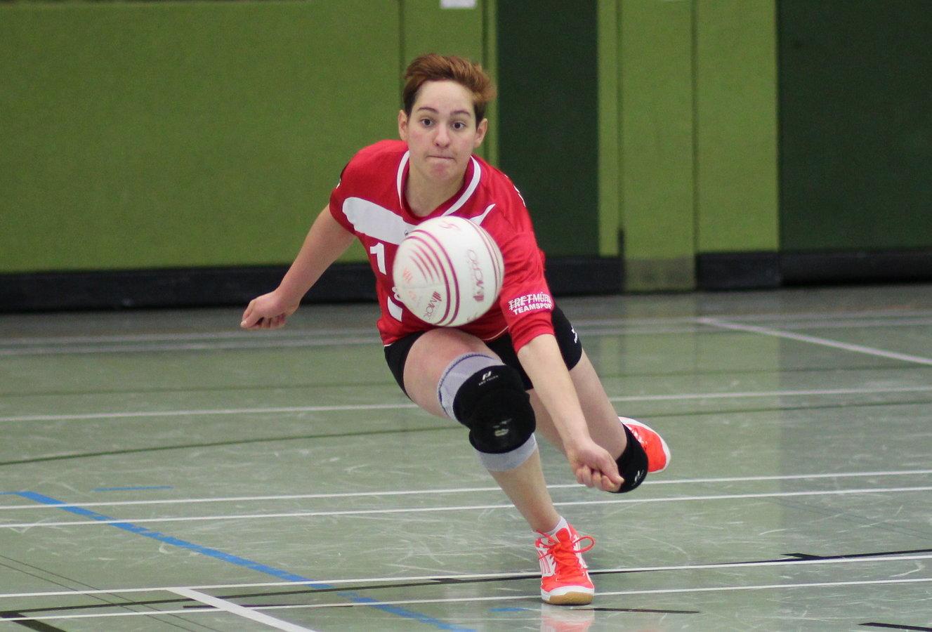 Melissa Seibert erläuft einen kurz geschlagenen Ball