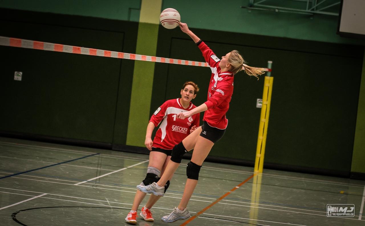 Paulina Pfeifer muss sich strecken um den Ball noch zu erreichen