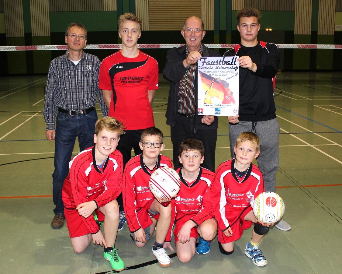 Der Schirmherr der DM Männer 35, MdL Michael Wäschenbach, präsentiert gemeinsam mit Nachwuchsspielern und Vorstandsmitgliedern das Plakat zur Veranstaltung