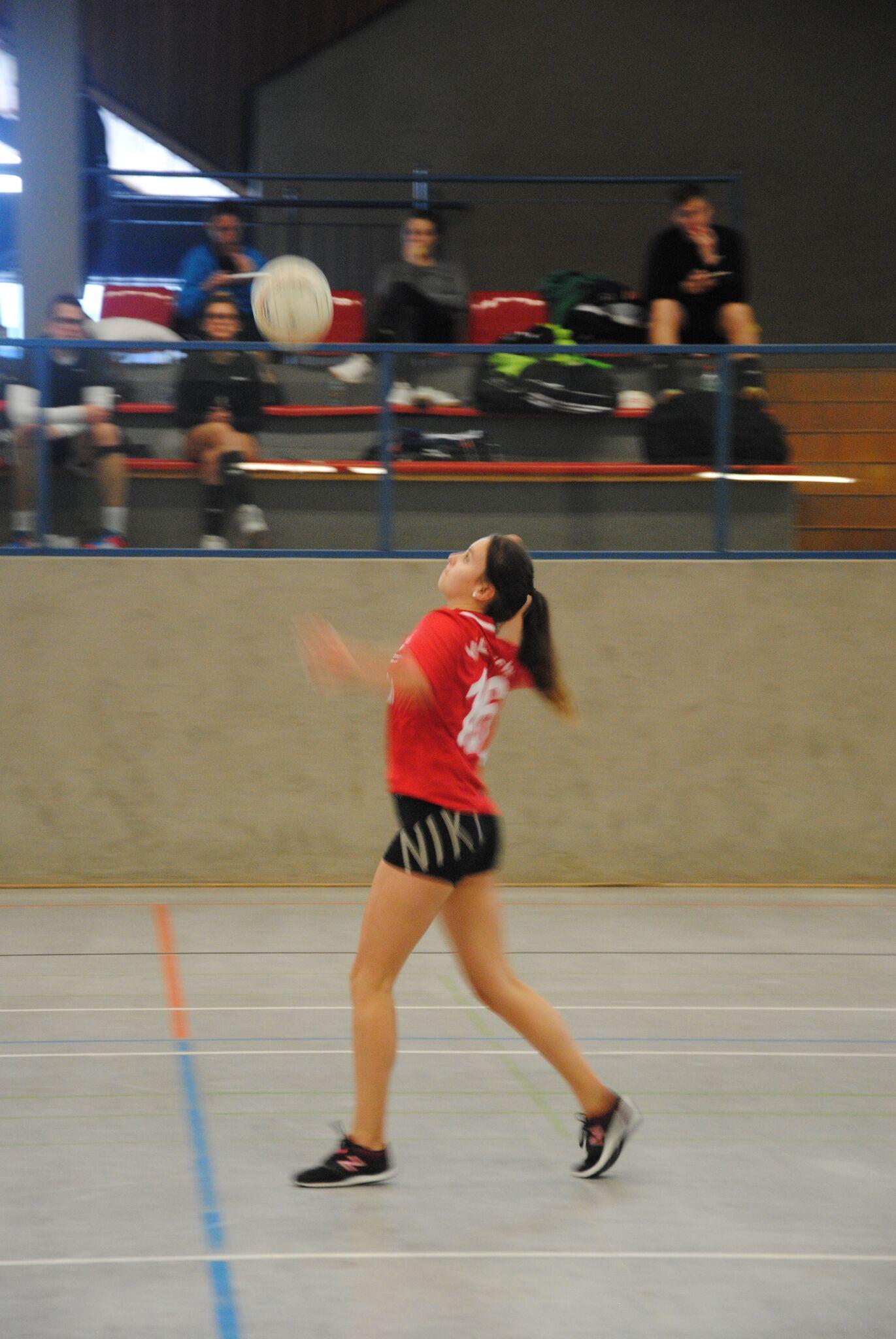 Isabell Damm schlägt den Ball über die Leine