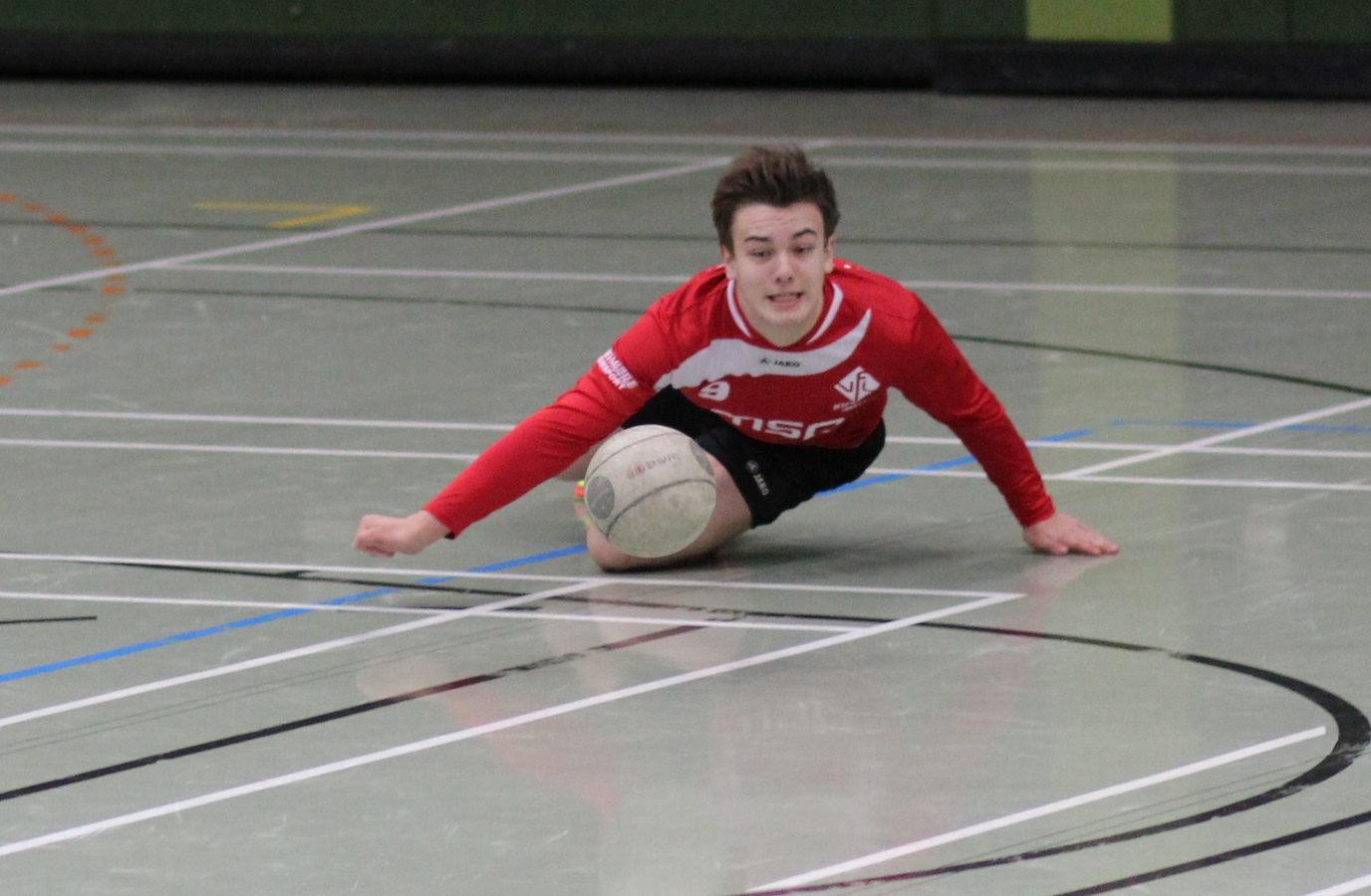 Tim Schäfer hechtet zum Ball