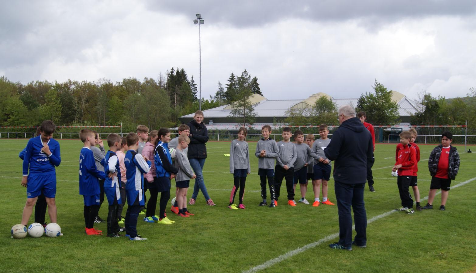 Trotz des wenig frühlingshaften Wetters traten alle Mannschaften zum ersten Spieltag der U12 in Kirchen an.