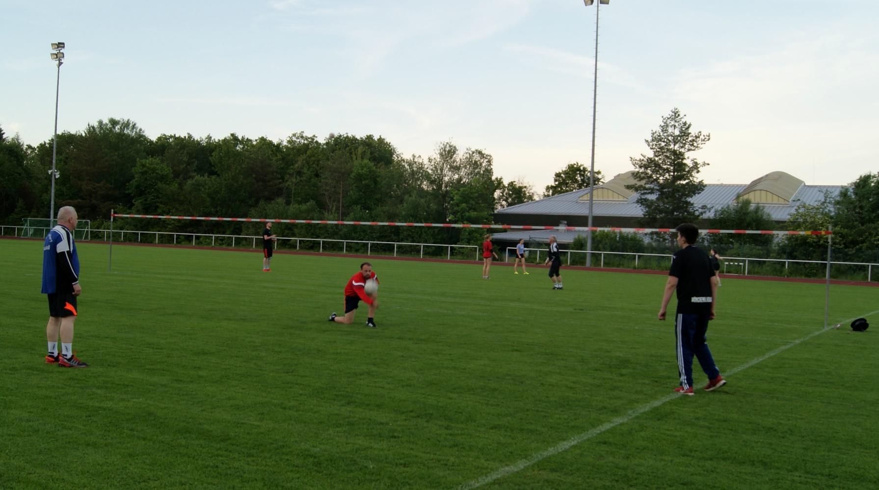 Beim Faustball ist das Einhalten von Mindestabständen problemlos möglich, sodass der Trainingsbetrieb nahezu ohne Einschränkungen wieder aufgenommen werden konnte.